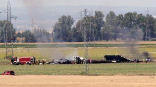 Des pompiers sur le site du crash d'un Airbus A400M le 9 mai 2015 près de Séville, dans le sud de l'Espagne. (CRISTINA QUICLER / AFP)