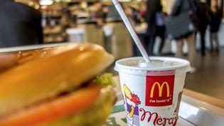 Un gobelet sur un plateau, dans un fast food de Lille (Nord), le 26 février 2015. (PHILIPPE HUGUEN / AFP)