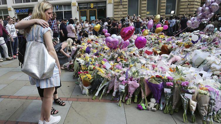 De nombreux habitants s'étaient rassemblés sur la place Sainte-Anne de Manchester, le 25 mai 2017. (NIGEL RODDIS / EPA)