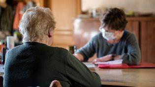 Une consultation de médecin généraliste à domicile pendant l'épidémie de Covid-19. Illustration. (ROMAIN LONGIERAS / HANS LUCAS)