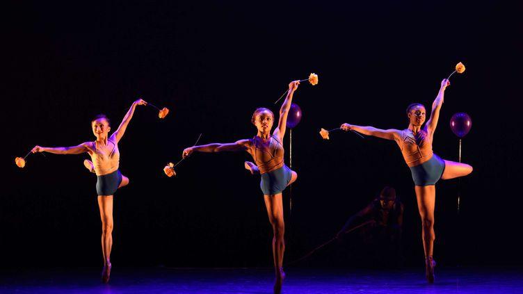 Marie-Astrid Mence (au centre) lors d'une représentation de Ballet Black, Londres, en mars 2017. (JANE HOBSON/SHUTTERSTOC/SIPA / REX)