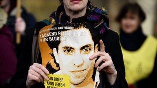 Des manifestants demandent, le 29 janvier 2015, à Berlin (Allemagne), la libération du blogueur saoudien Raef Badawi, condamné à 1 000 coups de fouet et dix ans de prison. (TOBIAS SCHWARZ / AFP)