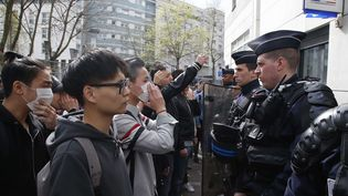Des protestatairesde la communauté chinoise de Paris devant le commissariat de Police du 19e arrondissement, le 28 mars 2017 (MICHEL EULER / AP / SIPA)