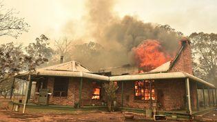Une maison brûle à Balmoral, à 150 kilomètres de Sydney, en Australie, le 19 décembre 2019. (PETER PARKS / AFP)