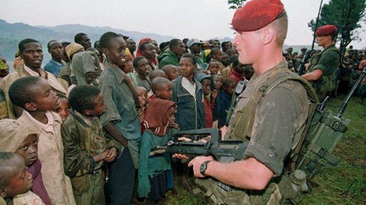 Deux soldats français font face à des Rwandais de la minorité Tutsi, le 30 avril 1994 au Rwanda. (PASCAL GUYOT / AFP)