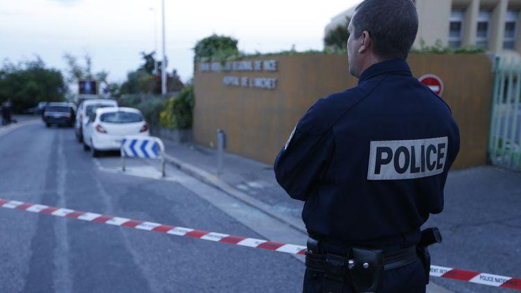 Un policier aux abords de l'hôpital de l'Archet, à Nice (Alpes-Maritimes), le 6 mai 2014, après une fusillade visant l'héritière monégasque Hélène Pastor et son chauffeur. (VALERY HACHE / AFP)