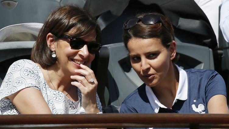 Najat Vallaud-Belkacem à Roland-Garros, le 7 juin 2014, en compagnie d'Anne Hidalgo, la maire de Paris. (PATRICK KOVARIK / AFP)