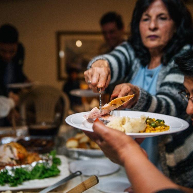Une famille partage un repas de Thanksgiving, le 26 novembre 2020, à Los Angeles (Californie). (BRANDON BELL / GETTY IMAGES NORTH AMERICA / AFP)
