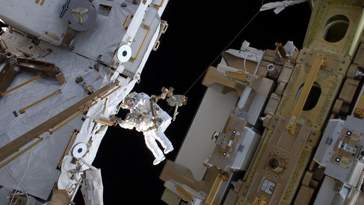 """24 mars 2017, l'astronaute français Thomas Pesquet durant son second """"spacewalk"""" en dehors de l'ISS. Thomas Pesquet s'apprête à repartir pour 6 mois sur l'ISS, départ prévu le 22 avril 2021. (HANDOUT / EUROPEAN SPACE AGENCY / AFP)"""