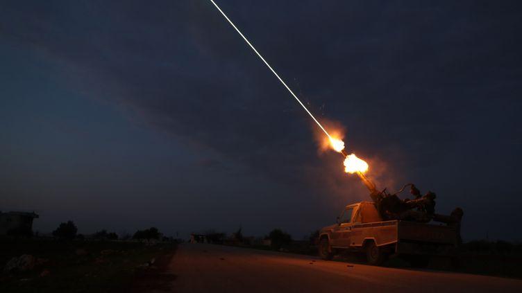 Des rebelles syrienssoutenus par les Turcs tirent des missile anti-aériens, le 24 février 2020, dans la province d'Idleb. (OMAR HAJ KADOUR / AFP)