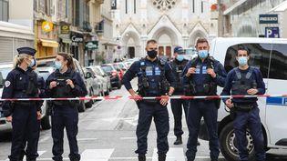 Des policiers municipaux bloquent l'accès aux abords de la basilique Notre-Dame de Nice, le 29 octobre 2020. (VALERY HACHE / AFP)