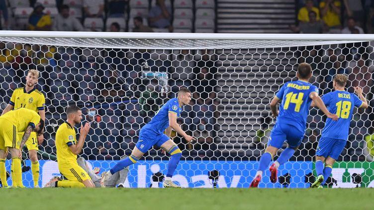 La joie des Ukrainiens après le but de Dovbyk en prolongation face à la Suède en huitièmes de finale, le 29 juin. (PAUL ELLIS / AFP)