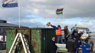 Des volontaires nettoient la plage des déchets contenus dans les conteneurs perdus par le MSC Zoe, le 2 janvier 2019. (MINKE SCHAT / DPA / MAXPPP)