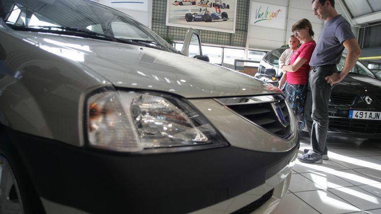 Une Renault et une Dacia, la marque low cost de Renault,dans une concession automobile. (DOMINIQUE FAGET / AFP)