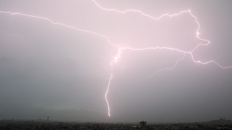 La foudre tombe sur la tour Eiffel lors d'un orage le 28 mai 2018, à Paris (France). (PHOTOPQR / LE PARISIEN / MAXPPP)