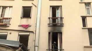 Un immeuble insalubre s'est embrasé mardi 25 décembre au soir à Saint-Denis (Seine-Saint-Denis). De nombreux blessés sont recensés après l'incident. (FRANCE 2)