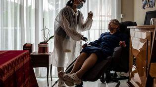 Une aide à domicile, durant l'épidémie de coronavirus, à Amélie-les-Bains(Pyrénées-Orientales),le 28 avril 2020. (LIONEL PEDRAZA / HANS LUCAS)