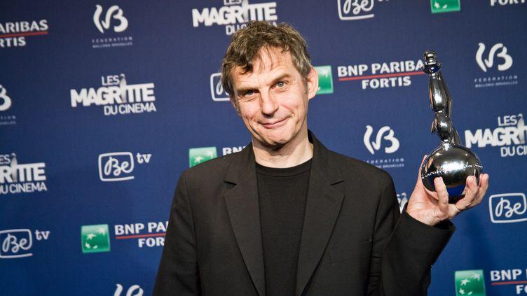 """Lucas Belvaux, cinéaste, reçoit le prix du meilleur scénario pour """"Pas son genre"""" lors de la 5e édition des Magritte du Cinéma à Bruxelles (Belgique), le 7 février 2015. (AURORE BELOT / NURPHOTO)"""
