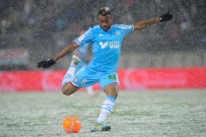 Le Marseillais Jordan Ayew tente de frapper sur le terrain enneigé de Sochaux, le 13 janvier 2013. (SEBASTIEN BOZON / AFP)