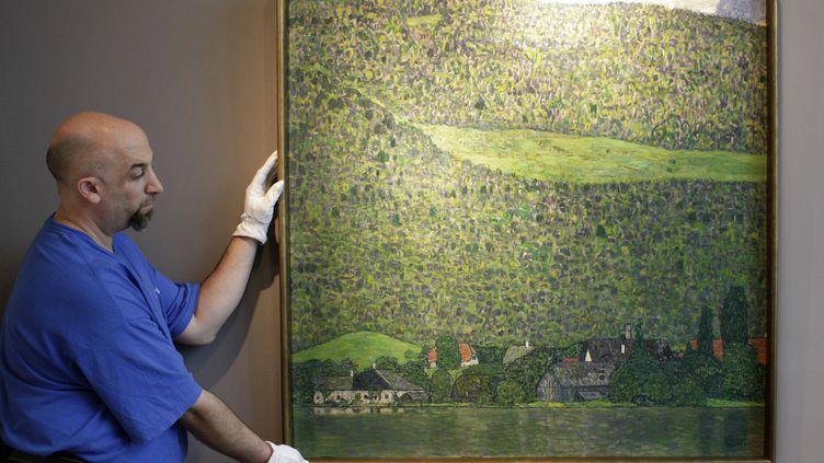 """""""Le Mont Litzl près du lac Attersee"""", tableau vedette de la soirée de vente aux enchères d'automne de Sotheby's, mercredi 2 novembre 2011 à New York. (BRENDAN McDERMID / REUTERS)"""