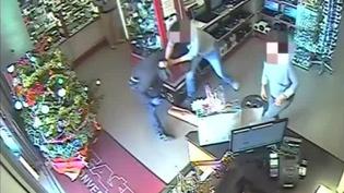 En France, une tentative de braquage dans un centre commercial de Grasse (Alpes-Maritimes) a eu lieu ce samedi 10 décembre, les employés ne se sont pas laissé faire. (FRANCE 2)