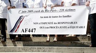 Un rassemblement des familles des victimes du vol Rio-Paris en 2014. (VINCENT ISORE / MAXPPP)