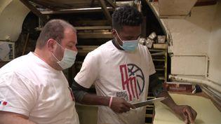 Le boulanger forme son appenti, un jeune guinéén sans papier, au métier (France 3)