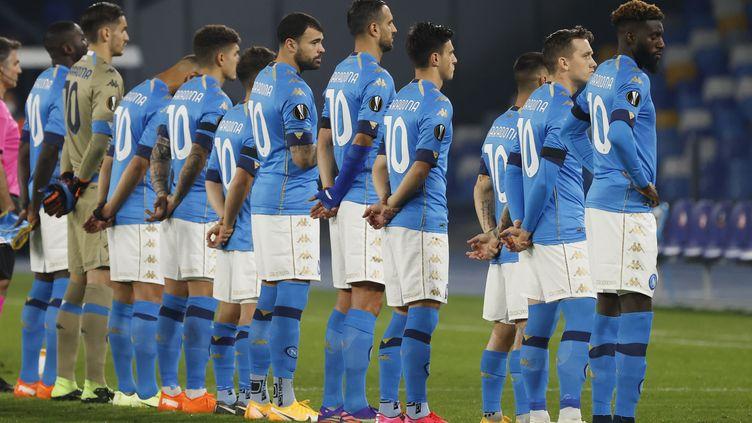 Les joueurs du Napoli, en Ligue Europa, arborent tous le numéro 10 et le nom de Maradona pour lui rendre hommage au lendemain de son décès (CIRO  DE LUCA / X03151)