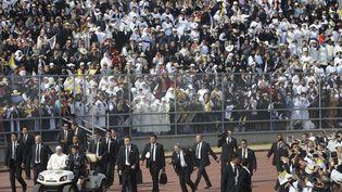 Le pape François arrive pour célébrer une messe au stade Venustiano Carranza à Morelia, au Mexique, le 16 février 2016. (GREGORIO BORGIA / AP / SIPA)