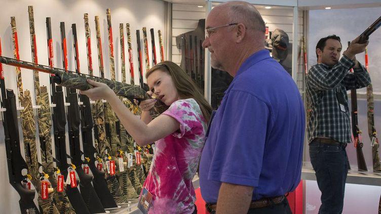 Le Texas est devenu, le 1er août 2016, le huitième Etat des Etats-Unis à autoriser les étudiants à porter des armes dans les universités publiques. Une victoire pour le lobby National Rifle Association (NRA). Sur cette photo, Rebecca, 14 ans, essaye un fusil avec son père, lors d'une démonstration organisée par la NRA. (REUTERS / Adrees Latif)