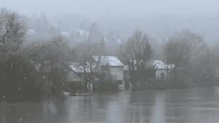 À Esbly (Seine-et-Marne), l'arrivée de la neige est un problème de plus à affronter pour les habitants de la commune, déjà durement frappés par les inondations. (France 3)