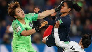 Kim Min-jeong, la gardienne de Corée du Sud, à la lutte avec l'attaquante des Bleues Valérie Gauvin lors du match d'ouverture du Mondial, le 7 juin 2019 au Parc des Princes, à Paris. (LIONEL BONAVENTURE / AFP)