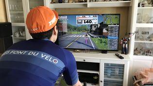 """Muriel, dit """"Maman Zwift"""", cycliste jouant au jeu vidéo Zwift à quelques jours des Olympic Virtual Series 2021, chez elle. (JÉRÔME VAL / RADIO FRANCE)"""