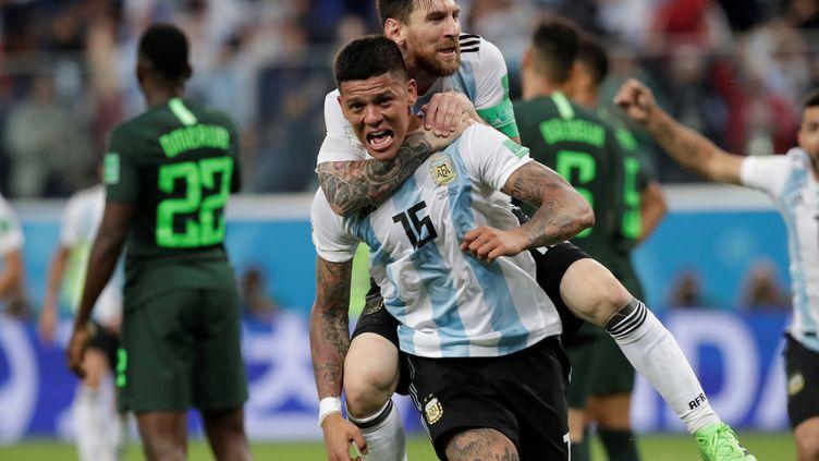 Félicité par Lionel Messi, Marcos Rojo fête son but face au Nigeria, le 26 juin 2018, à Saint-Pétersbourg (Russie). (HENRY ROMERO / REUTERS)