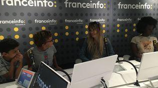 L'émission a été enregistrée dans un studio de franceinfo, à l'occasion d'un atelier d'éducation aux médias mené chaque mois par l'équipe de franceinfo junior. (FRANCEINFO / RADIOFRANCE)