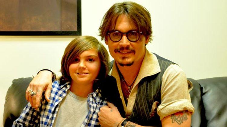 (Tom a réalisé le rêve de sa vie : rencontrer Johnny Dep © Association Petits Princes)