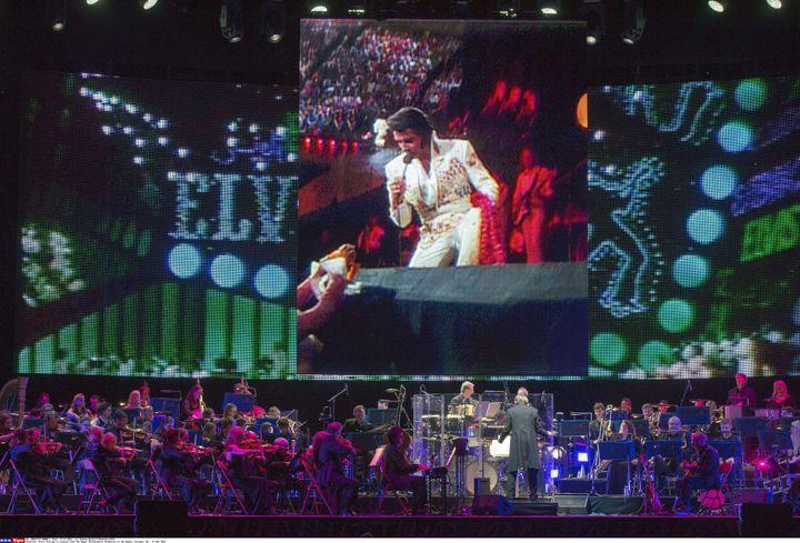 Elvis Presley et le Royal Philarmonic Orchestra en concert le 17 novembre 2016 à Glasgow.  (Andrew MacColl/Shutters/SIPA)