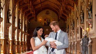 Le prince Harry et Meghan présentent leur enfant à Windsor, près de Londres, le 8 mai 2019. (DOMINIC LIPINSKI / POOL / AFP)