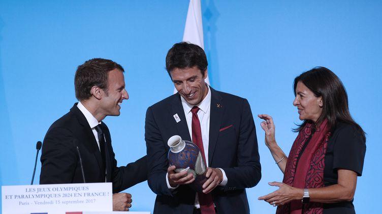 Emmanuel Macron, Tnoy Estanguet et Anne Hidalgo, le 15 septembre 2017 à Paris. (YOAN VALAT / AFP)