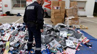 Un amoncellement d'objets contrefaits saisis par la duane française à Marseille (Bouches-du-Rhône), le 25 novembre 2016. (ANNE-CHRISTINE POUJOULAT / AFP)