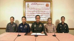 Le chef de l'armée thaïlandaise Prayut Chan-O-Cha, entouré de hauts gradés, annonce à la télévision un coup d'Etat en Thaïlande,le 22 mai 2014. (THAI TELEVISION / AFP)