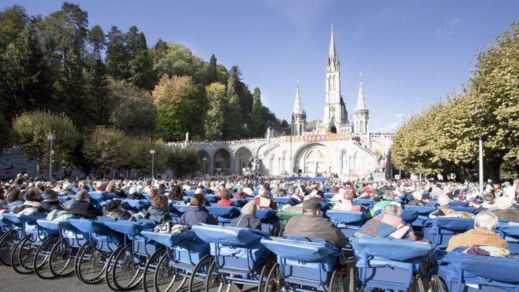 Des personnes assistent à la messe dans des fauteuils roulants, le 16 mai 2012, à Lourdes (Hautes-Pyrénées). (CALLE MONTES / PHOTONONSTOP / AFP)