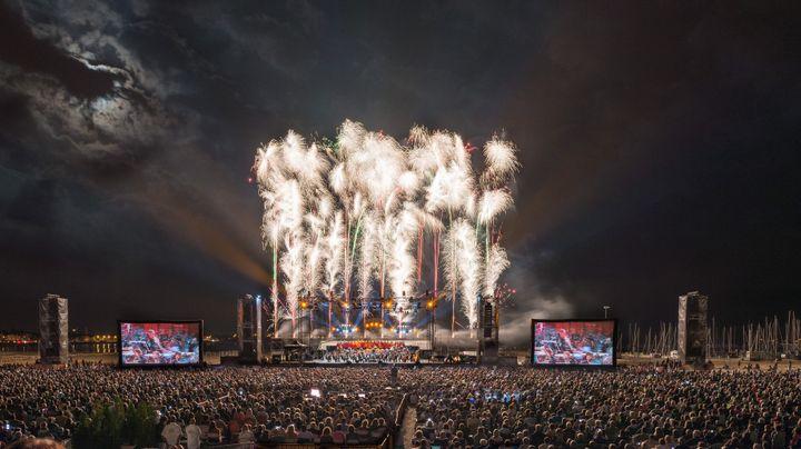 Musique classique et effets pyrotechniques pour le festival Un violon sur la plage.  (Ph.Souchard/Production 114)