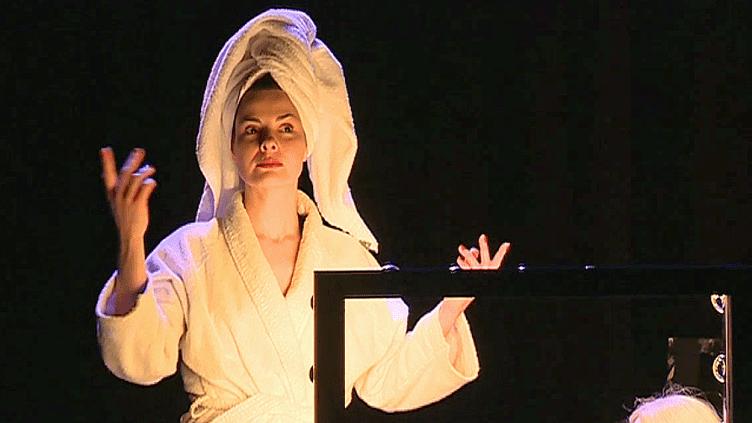 Chaque année au moment de la journée des droits de la femme,la comédienne Carole Thibaut, joue sa pièce au théâtre de Montluçon (Allier)  (France 3 / Culturebox )