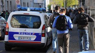 Des lycéens arrivent au lycée Fénelon-Notre Dame, le 14 avril 2014. (XAVIER LEOTY / AFP)