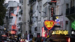 Image d'illustration de sex shops dans le quartier de Pigalle, en 2017. (VINCENT ISORE / MAXPPP)