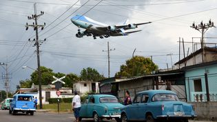 Le Boeing 747 Air Force One survole un quartier de La Havane (Cuba) avant d'atterrir à l'aéroport international, le 20 mars 2016.  (ALBERTO REYES / REUTERS)