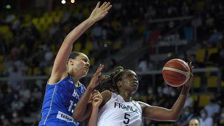 La FrançaiseEndéné Miyem au duel avec la BosnienneMelisa Brcaninovic lors du quart de finale de l'EuroBasket, à Strasbourg le 23 juin 2021. (FREDERICK FLORIN / AFP)