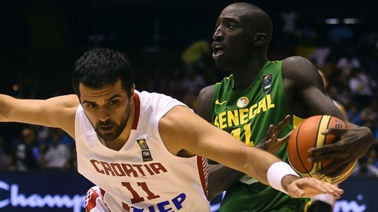 Krunoslav Simon (Croatie) tente de défendre sur Mohammad Faye (Sénégal) (PIERRE-PHILIPPE MARCOU / AFP)