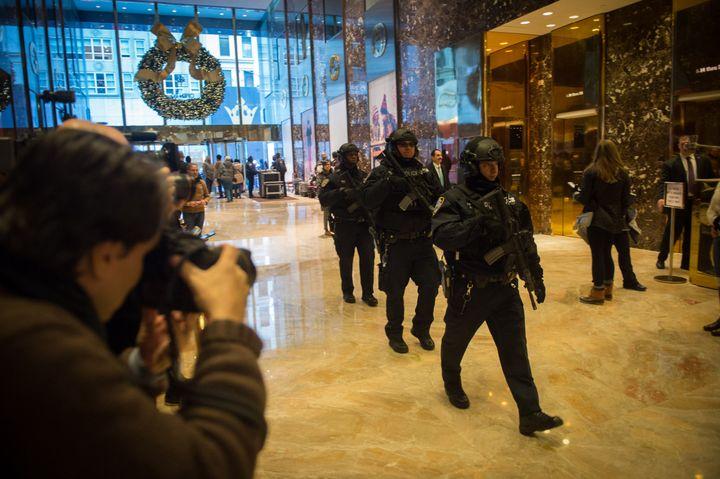 Des militaires dans l'atrium de la Trump Tower, à New York, le 22 novembre 2016. (BRYAN R. SMITH / AFP)